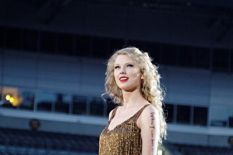 Get Taylor Swift Hairstyle Easily